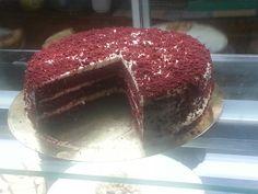 Mi red velvet expuesta en una pastelería de madrid