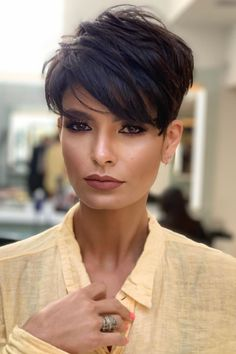 Short Grey Hair, Short Hair Cuts For Women, Very Short Pixie Cuts, Cute Pixie Cuts, Best Pixie Cuts, Short Stacked Hair, Choppy Pixie Cut, Edgy Pixie Cuts, Cheveux Courts Funky