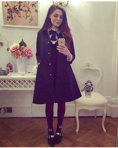 Maxi casaco, vestido preto meia calça, sapatilha estilosa