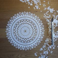 Découpage terminé! ☺ Excellente semaine à  tous! ****************************************** #Mix #mandala #mandalaart #mandala_sharing #mandalalovers #zentangle #workinprogress #process #paper #paperwork #papercut #paperart #papercuttingart #cutfrompaper #handcut #handdrawn #drawing #madecoamoi #madeinfrance #dijon #wallart #decor #walldecor #inspiration #precision