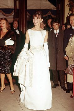 Audrey Hepburn at a Hollywood event in a long white gown. Robe Style Audrey Hepburn, Audrey Hepburn Wedding Dress, Audrey Hepburn Mode, Audrey Hepburn Clothes, Audrey Hepburn Fashion, Audrey Hepburn Birthday, Birthday Dress Women, Birthday Dresses, Breakfast At Tiffany's Costume