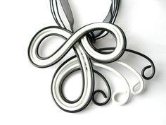 Collier pendentif en fil d'aluminium noir et blanc cordon noir fait main artisanal