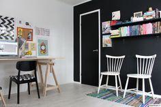 kirjahylly,musta seinä,pukkijalat,pinnatuoli,lastenhuone,työhuone