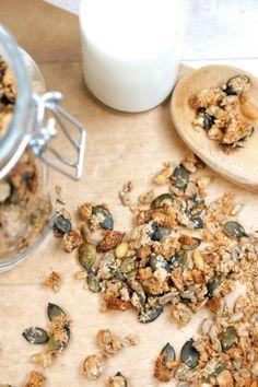 Gesundes Low Carb Knuspermüsli mit Kokosraspeln und Nüssen