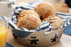 Kaldhevede rundstykker Gluten Free Recipes, Bread Recipes, Bread Rolls, Korn, Bread Baking, Bagel, Scones, Muffin, Vegetarian