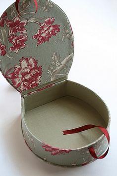 (Interior view) oval box cartonnage