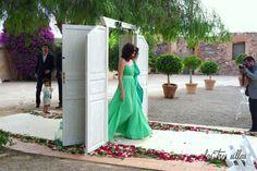 puerta_de_paso_boda_las_tres_sillas_2 Shoulder Dress, One Shoulder, Backless, Formal Dresses, Fashion, Indoor Ceremony, Unique Furniture, Backless Formal Dress, Wedding Decoration