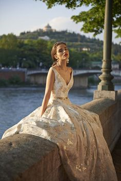 If you like your wedding gowns, classic, timeless and super romantic with a luxe glam twist - you will love today's real wedding dress feature!  Stephanie Allin has released her gorgeous 2017 'Bellissmo' collection and it is exactly that bellissimo. Mwah XxX