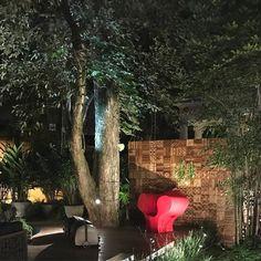 Poltrona vermelha Big Easy do designer Ron Arad feita de materiais recicláveis pode ser usada em ambientes externos. Quero uma já!!! #olioliteam #canalolioli #design #poltrona @olioli_lifestyle
