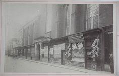 Gezicht op de winkels aan de voet van de Nieuwezijds Kapel (de 'kastjes'), kort voor de afbraak in 1908