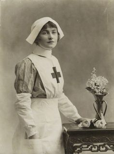 Agnes Glynne by Bassano, 1915 (I love the sleeve covers - may be a good solution for the Orderly? Antique Photos, Vintage Pictures, Vintage Photographs, Old Photos, Vintage Nurse, Vintage Ladies, Gif Terror, Victorian Photography, Edwardian Era