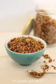 La granola salata è uno snack croccante e speziato ideale da gustare come aperitivo ma anche sulle zuppe e le insalate per un tocco di corccantezza.