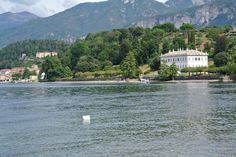 Uitzicht op Villa Melzi en een stukje van het plaatsje Bellagio. River, Mansions, House Styles, Outdoor, Home Decor, Italy, Outdoors, Rivers, Luxury Houses