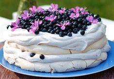 Lempiruokienpäivä: Laiskajaakon ihana mustikkapavlova - Takametsän superfoodit herkuttelukäyttöön Cake, Desserts, Food, Tailgate Desserts, Deserts, Food Cakes, Eten, Cakes, Postres