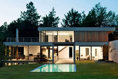 In diesem Haus lebt man mit der Natur, es ist nach Süden und Westen vollkommen verglast   Von Bock Architekten ©Bruno Helbling, Zürich