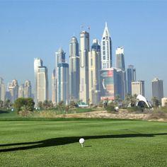 Wonen bij een golfbaan in #Dubai. De elite en high-end bewoners van Emirates Hills, Victory Heights, Arabian Ranches en Jumeirah Golf Estates hebben uitzicht op designer golfbanen. De wereld-klasse Montgomerie 18-holes championship golfbaan, de prestigieuze Ernie Els golfbaan en de Golfclub van Arabian Ranches - The Desert natuurlijk. Met chique clubhuizen, mooie vergezichten en majestueuze Spaanse en mediterrane villa's, is het leven in Dubai echt een ongeëvenaarde ervaring. #Yazuul