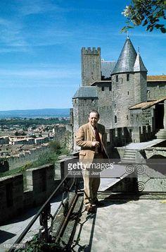 """Le journaliste et écrivain Gaston Bonheur (1913-1980) devant le château comtal dans la Cité de Carcassonne, le 24 juin 1976, lors de la sortie de son roman """"La croix de ma mère"""". Photo: Jean Tesseyre / Getty Images"""