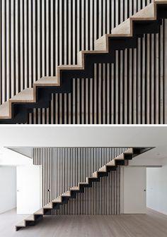escalier droit de design moderne en acier noir et bois naturel