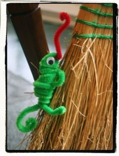 """chameleon pipe cleaner animals - """"a color of his own"""" activity we love the book """"a color of his own"""" by leo lionni. it is a cute story about a little chameleon Animal Crafts For Kids, Crafts For Kids To Make, Easy Crafts For Kids, Projects For Kids, Art For Kids, Quick Crafts, Kid Art, Kids Fun, School Projects"""