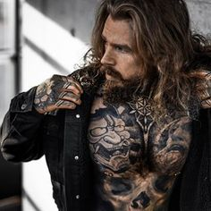 Tattoos are created by injecting ink through into the skin. Hot Tattoos, Couple Tattoos, Sleeve Tattoos, Tattoos For Guys, Sexy Tattooed Men, Bearded Tattooed Men, Hair And Beard Styles, Long Hair Styles, Photos Originales