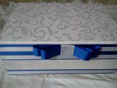 Caixa em mdf com dobradiça revestida com tecido jacquard branco, tanto no exterior, quanto interiomente, com acabamento de cordão de seda , fita gorgurão e laço chanel.  Mensagem no interior da tampa é opcional (R$2,00) cada e com pezinhos de resina, acrescenta R$10,00 ao valor de cada caixa. Tanto a cor, tecido ficam a escolha do cliente. Ideal para convites, lembrancinhas contendo mini chandon, taça, docinhos, difusores, etc R$ 70,00