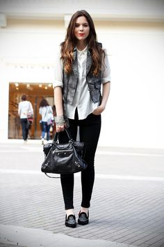 slippers | camicia bianca | gilet denim | pantaloni neri | leggings | skinny | fashion blogger | outfit | look | streetstyle  Casual look with loafers  www.ireneccloset.com