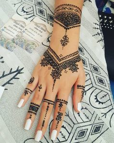 Pretty 32 Latest Hand Henna Designs for Weddings in 2019 - Henna - Henna Designs Hand Henna Tattoo Hand, Henna Tattoo Designs, Henna Tattoo Muster, 27 Tattoo, Tattoo Kits, Mehandi Designs, Henna Mehndi, Mehendi, Red Henna