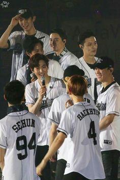 I can see Lay's dimple. Exo Group Photo, Exo 2017, Same Old Love, Exo Album, Exo Concert, Exo Lockscreen, Korean Boys Ulzzang, Exo Xiumin, Exo Members