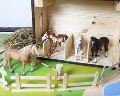 Ein Spielzeug für Pferdeliebhaber? Wir zeigen euch, wie ihr aus einer IKEA KNAGGLIG Holzkiste einen tollen Pferdestall selber bauen könnt.