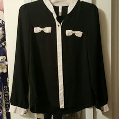 Adorable button top Bring your work wardrobe to a whole new level with this adorable white and black button down top. Will for a small. Tops Button Down Shirts