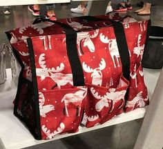 These moose have me swoonin\'!!! 😍😍😍 #thirtyone #fall2017 #thirtyonegifts cutetotesandmore.com