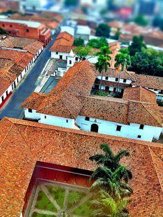 Zona histórica de Cali.primer plano Casa de la Arquidiócesis, segundo plano Iglesia de la Merced.
