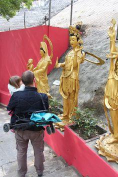 Yezz en sac à dos pour la visite du Monastère des 10 000 Bouddhas à Sha Tin