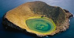 Uma cratera vulcânica em Galápagos. As 19 ilhas que compõe o arquipélago de Galápagos, no oceano Pacífico, perto da linha do Equador, são conhecidas pela diversidade de animais e vida marinha