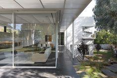 Ramat Hasharon House 1 by Pitsou Kedem Architect Modern Architecture House, Interior Architecture, Interior And Exterior, Modern Houses, Pitsou Kedem, Style Pantry, Interior Decorating, Interior Design, Glass House