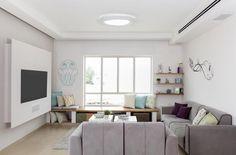 הקירות בהירים, הגוונים סגולים-כחולים, הרהיטים מחודשים והזכוכית נוכחת כמעט בכל מקום. הבית שלפניכם הוא גם מסורתי, גם כפרי וגם מודרני