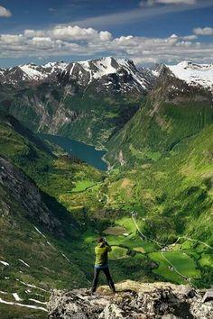 Dalsnibba, Norway / Dalsnibba es una montaña situada en el municipio de Stranda, en el condado de Møre og Romsdal. Está localizada al final del valle de Geiranger, a aproximadamente 21 kilómetros al sur del pueblo de Geiranger y el fiordo de Geiranger