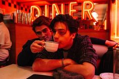 A gallery of Riverdale publicity stills and other photos. Apa, Lili Reinhart, Camila Mendes, Cole Sprouse and others. Kj Apa Riverdale, Riverdale Archie, Riverdale Aesthetic, Riverdale Funny, Riverdale Memes, Riverdale Cast, Watch Riverdale, Riverdale Quiz, Riverdale Cheryl