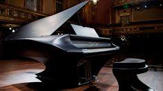 """Ο Gergely Bogány και η ομάδα του έπειτα από """"ένα μακρύ πνευματικό και μουσικό ταξίδι"""" παρουσίασαν στον κόσμο το πιάνο Bogányi, το ριζοσπαστικό νέο μουσικό όργανο."""