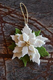 Un'altra idea per addobbare l'albero ce la propone Erica con queste bellissime stelle di natale ricavate su feltro bianco e verde con la fus...