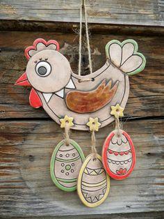 Slepička s vajíčky na pověšení Krásná, originální ručně vyráběná keramická slepička na zavěšení.