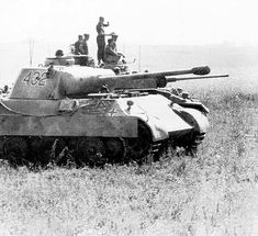 German tanks in the field, Panther & what looks like a Panzer IV. Mg 34, Army Vehicles, Armored Vehicles, Germany Ww2, Ww2 History, Tiger Tank, Ww2 Photos, Tank Destroyer, Germany