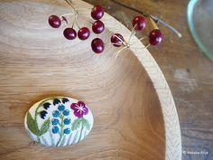 ブローチを乗せているのは西荻「もりのこと」@morinokoto のサノアイさん作のくるみの木のお皿。先日ようやく手に入れました。くるみの木肌が優しくて縁のさりげない模様もお気に入りです。  #もりのこと#木のお皿#サノアイ さん#刺繍#手刺繍#手仕事#ハンドメイド#ブローチ#刺繍ブローチ#野の花#マカベアリス #embroidery #handembroidery #embroideryart #broochpin#wildflower #alice_makabe