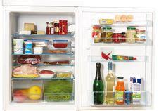 In unserem Mittwochs-Tipp geht's heute um die richtige Lagerung von Lebensmitteln im Kühlschrank. Starten wir in der Tür ganz oben: Idealer Platz für Eier, Butter ..., in der Türmitte könnt ihr gut (Salat-)Saucen, Ketchup, Senf, Sojasauce, ...Oliven im Glas, Pesto im Glas, Konfitüren, Tuben, hochwertige Öle, Kondensmilch usw. lagern. Wichtig: Lebensmittel aus Dosen nach dem Öffnen immer in andere Behälter umfüllen. Unten in die Tür kommen Getränke wie Milch, Säfte, Wein, Sekt ...