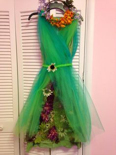 Mother Nature costume done after a couple dozen hot glue sticks and at least as many burns. Nature Halloween Costume, Mother Nature Halloween, Halloween Cosplay, Fairy Costume Diy, Halloween 2015, Costume Dress, Tree Costume, Ivy Costume, Adult Costumes