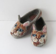 Felted slippers - Cats #felting #felted #slippers #cat