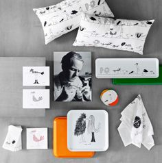 Tyynyjä, taidekortteja, tarjottimia, paperilautasliinoja, kaikissa hauskoja lintuhahmoja.