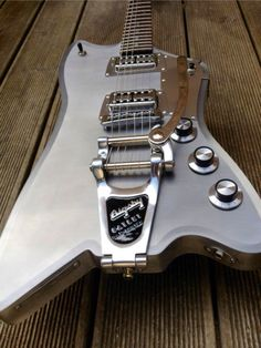 Very cool MeloDuende guitar, so want this