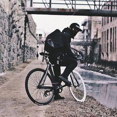ninja style hah me in the winter! Urban Cycling, Urban Bike, Road Bikes, Cycling Bikes, Look Fashion, Modern Fashion, Fashion Design, Bike Messenger, Bike Photography