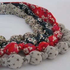 DIY : Pour Nol, offrez un collier boule en tissu fait-main Fabric Necklace, Fabric Jewelry, Diy Jewelry, Jewelry Making, Couture Sewing, Pop Couture, Diy Accessoires, Textile Fiber Art, Little Gifts